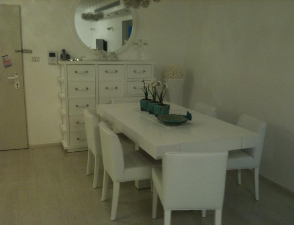 שולחן וכיסאות בצבע לבן