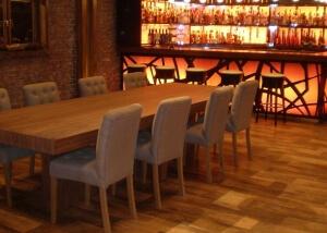 פינת אוכל מעץ משולבת כיסאות בד אפור
